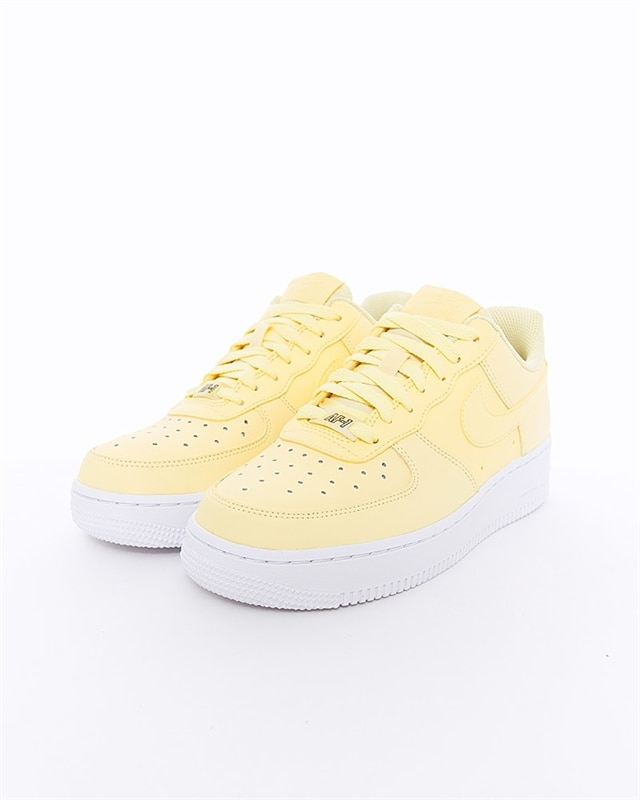 Nike Wmns Air Force 1 07 Essential | AO2132 701 | Gul | Sneakers | Skor | Footish